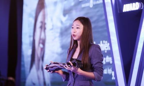Đại diện Trịnh Khánh Hạ của Vulcan Augmetics giới thiệu tay giả giá rẻ của công ty.